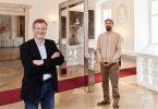Direktor Andreas Schatzl & Künstler Raoul Haspel vor der Installation